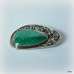 26 .Srebrna broszka z zielonym kamieniem malachitem