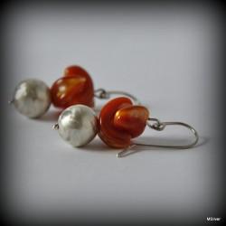 5. Kolczyki srebrne z miodową masą perłową