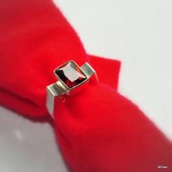 Srebrny pierścionek z czerwoną cyrkonią