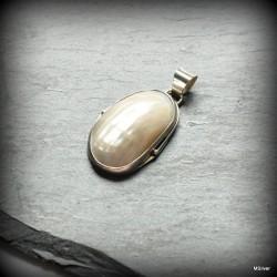 41. Srebrny wisiorek z perłową muszlą