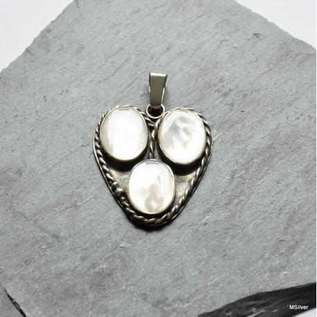 Srebrny wisiorek w kształcie serca z masą perłową