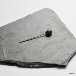 Szpilka z oliwkową perełką