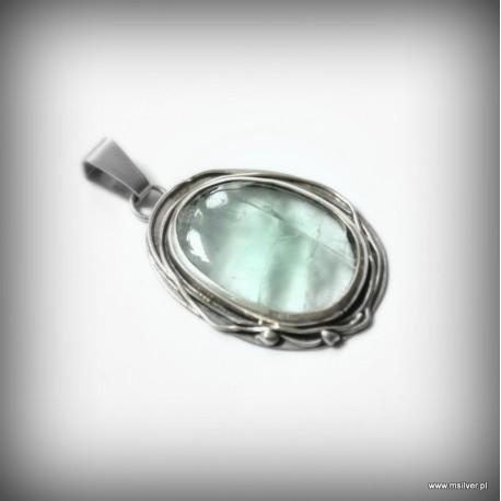 Srebrny wisiorek z zielonym kamieniem