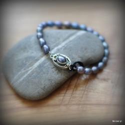 37. Srebrna bransoletka z fioletowymi perłami