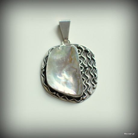 Srebrny wisiorek z opalizującą masą perłową