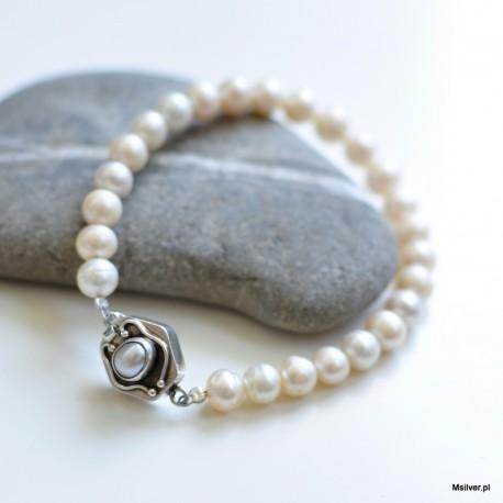 Srebrna bransoletka z perłami i geometrycznym zamkiem