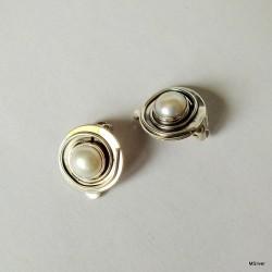 43. Klipsy srebrne z białą perłą