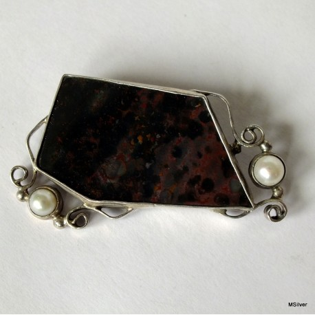 40. Srebrna broszka z heliotropem i perłami