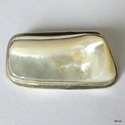 43. Srebrna broszka z masą perłową