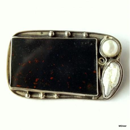 47. Srebrna broszka z heliotropem i perłami