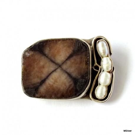48. Srebrna broszka z chiastolitem i perłami