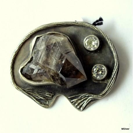 50. Srebrna broszka z kryształem i cyrkoniami.