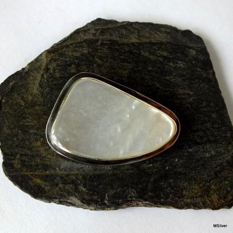53. Srebrna broszka z białą masą perłową