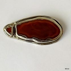 55. Srebrna broszka z rudym agatem