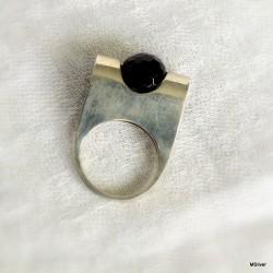 39. Srebrny pierścionek z onyksem