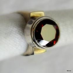 42. Srebrny pierścionek z czerwoną cyrkonią