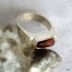 43. Srebrny pierścionek - sygnet z bursztynem