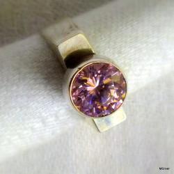 45. Srebrny pierścionek - sygnet z różową cyrkonią