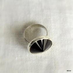 47. Srebrny pierścionek z onyksem