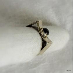49. Srebrny pierścionek z onyksem