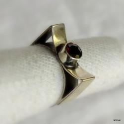 50. Srebrny pierścionek z granatem