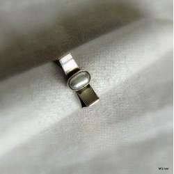 52. Srebrny pierścionek z perłą