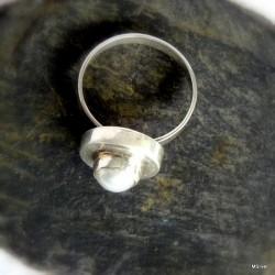 64. Srebrny pierścionek z perłą