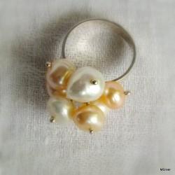 """66. Srebrny pierścionek """"miotełka""""z perłami"""