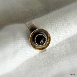 68. Srebrny pierścionek z onyksem