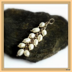 9. Srebrny wisiorek z perłami
