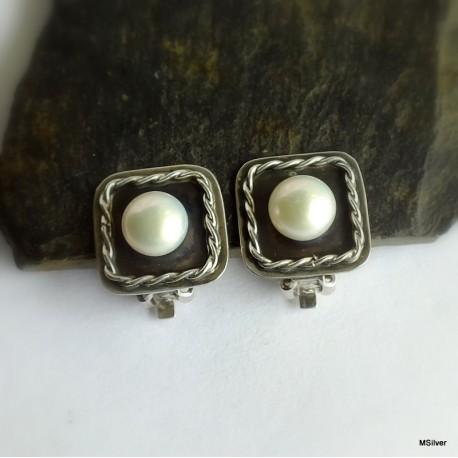 70. Klipsy srebrne z białą perłą