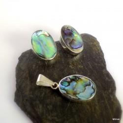 44. Komplet biżuterii z zieloną masą perłową