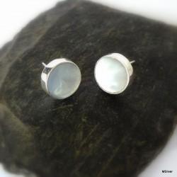 273. Kolczyki z lekko szarawej masy perłowej