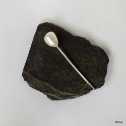 3. Srebrna szpilka z białą perłą