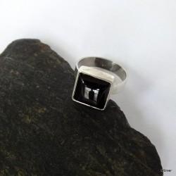 15. Srebrny pierścionek z onyksem