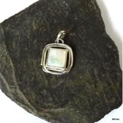 355. Srebrny wisiorek z masą perłową