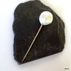 46. Srebna szpilka z białą perłą