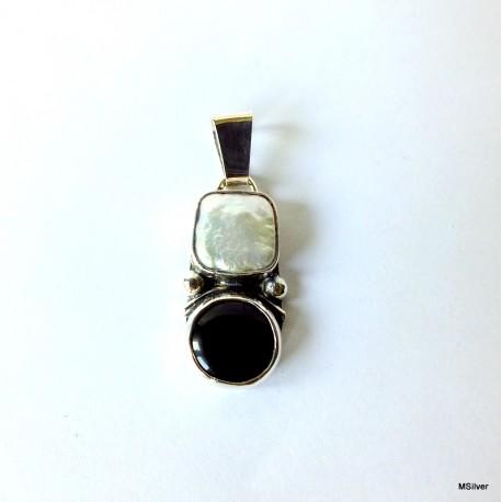362. Srebrny wisiorek z onyksem i perłą