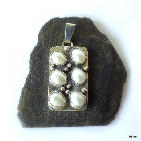 364. Srebrny wisiorek z perłami