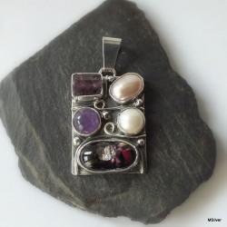 4. Srebrny wisiorek z fioletowym kamieniem ametystem