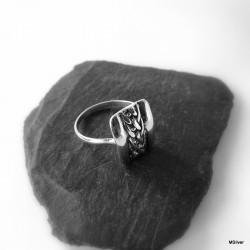 61. Srebrny pierścionek  z plecionką