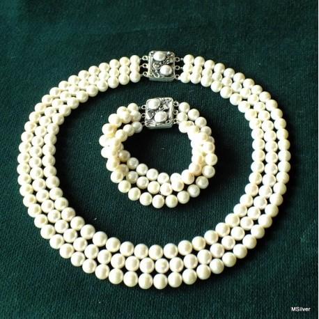 59. Komplet biżuterii z białymi  perłami