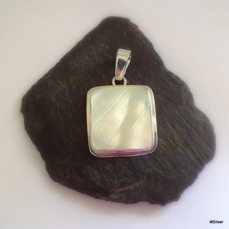 371. Srebrny wisiorek z masą perłową