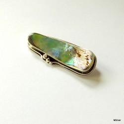 7. Srebrna broszka z zielonej masy perłowej