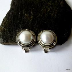 73. Klipsy srebrne z białą perłą