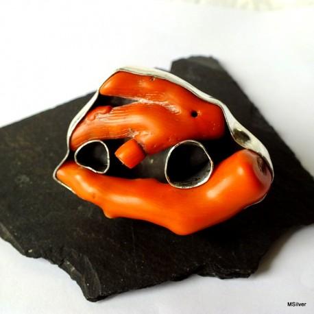 184. Srebrny pierścionek z koralami