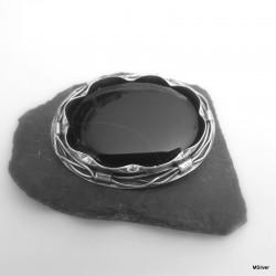 10. Srebrna broszka z czarnym agatem