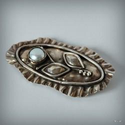 3. Srebrna broszka z błękitną perłą