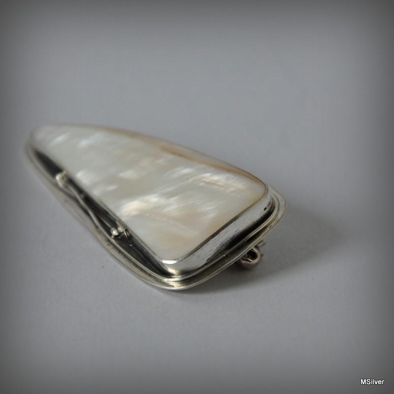 54be8034a2b2ad Srebrna broszka z białą masą perłową ...