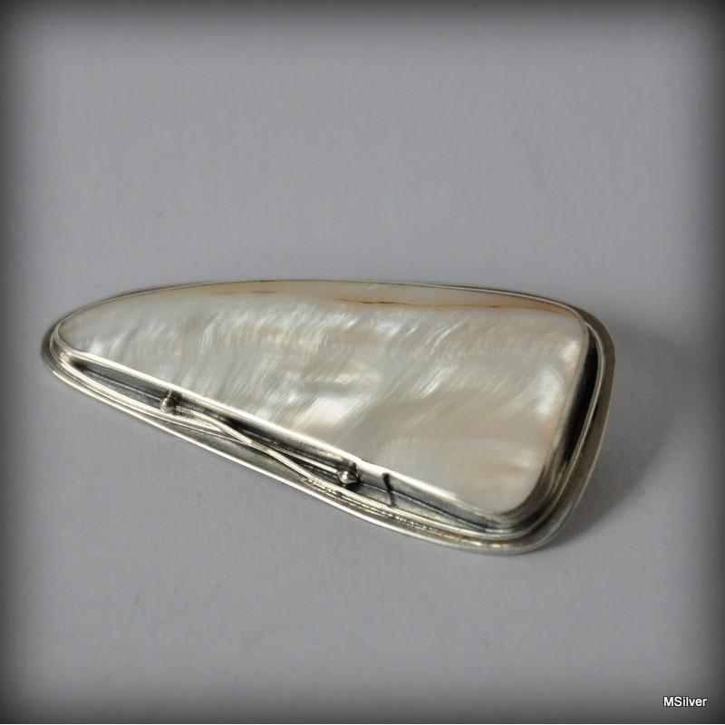 9e6e6d79d84e0e ... Srebrna broszka z białą masą perłową ...